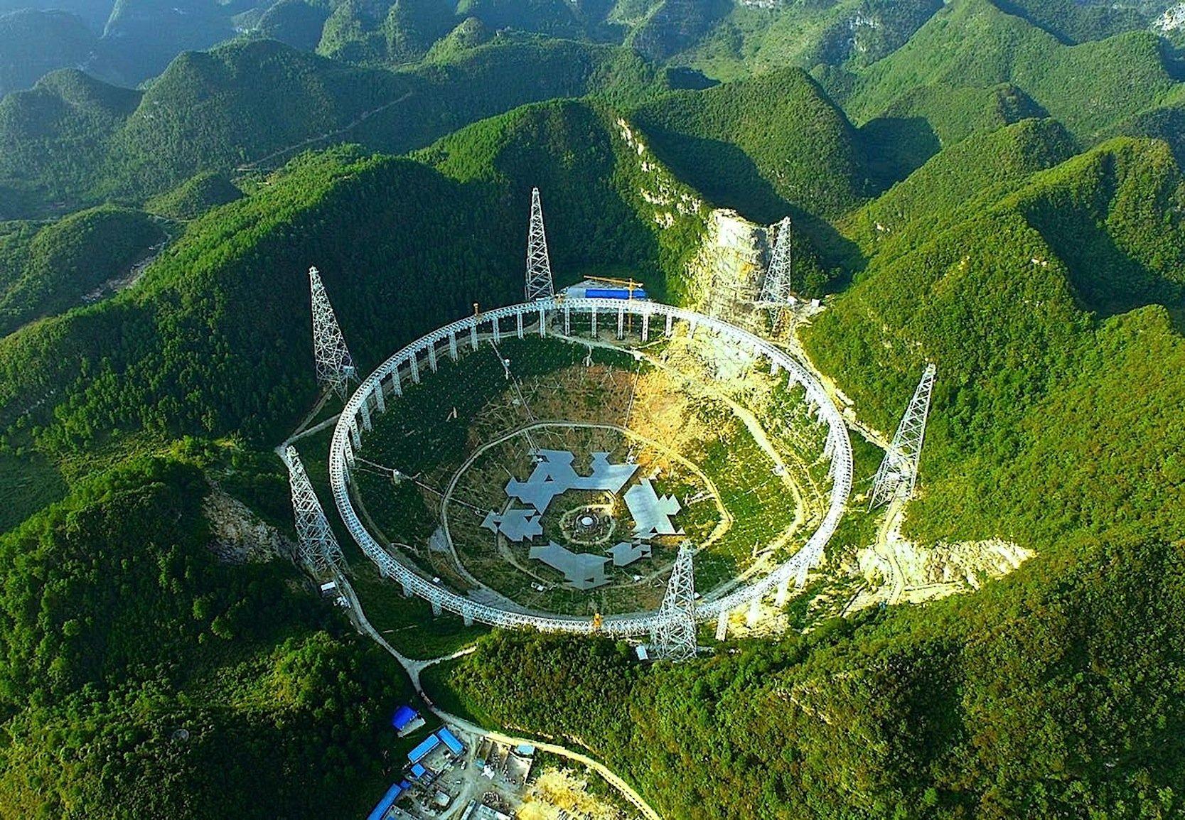 Die chinesischen Ingenieure nützten einen natürlichen Kessel, um das Teleskop anzulegen.