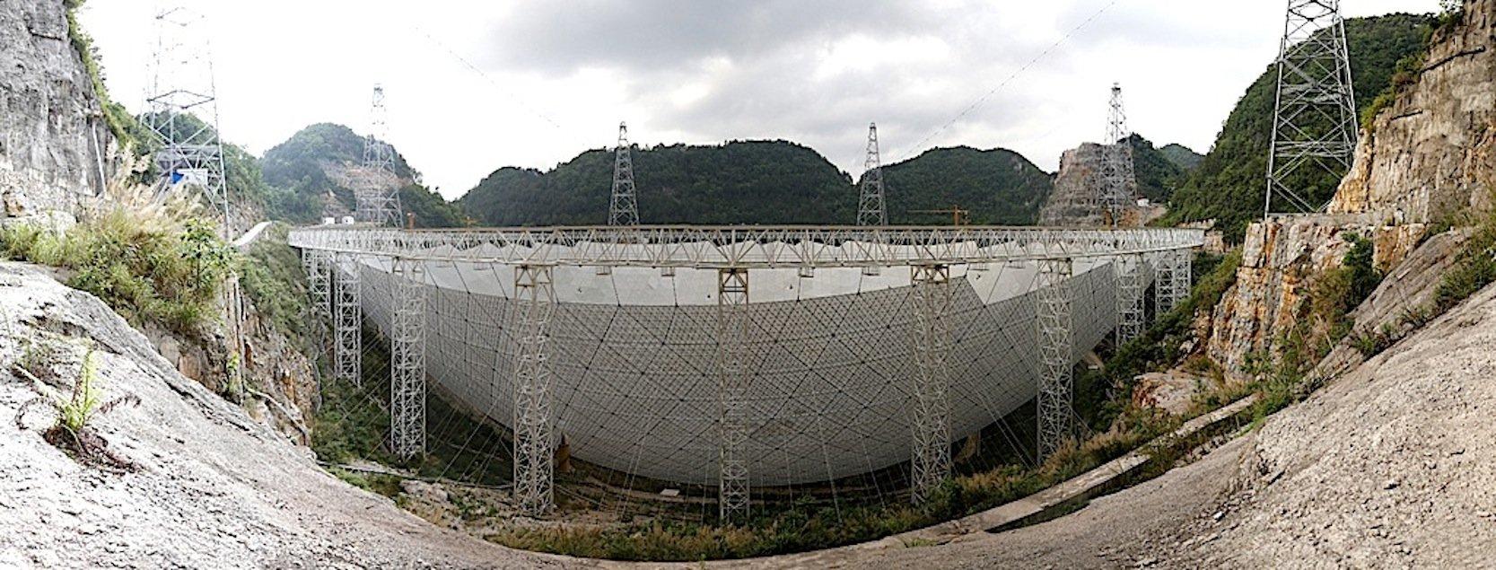 Blick von der Seite auf das im Bau befindliche Radioteleskop Fast in China.