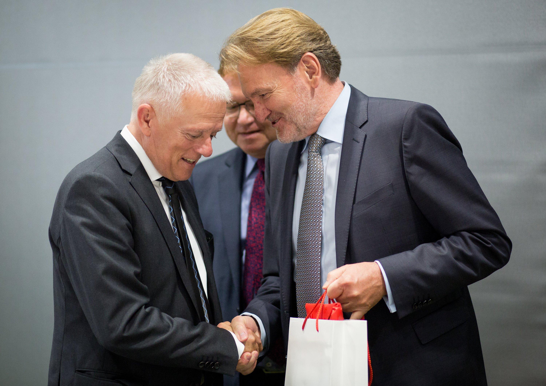 Von Kostensteigerungen war keine Rede, als sich vor einer Woche Stuttgarts Oberbürgermeister Fritz Kuhn (l.), und Bahn-Vize Volker Kefer (r.) im Lenkungskreis für Stuttgart 21 trafen. Vielmehr sollten Möglichkeiten für Kostensenkungen diskutiert werden.