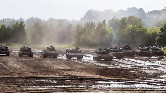 Panzer der Bundeswehr auf dem Truppenübungsplatz Munster:Fehlende Datensicherheit könnte die Einsatzbereitschaft gefährden, warnen Experten des Rechnungshofs.