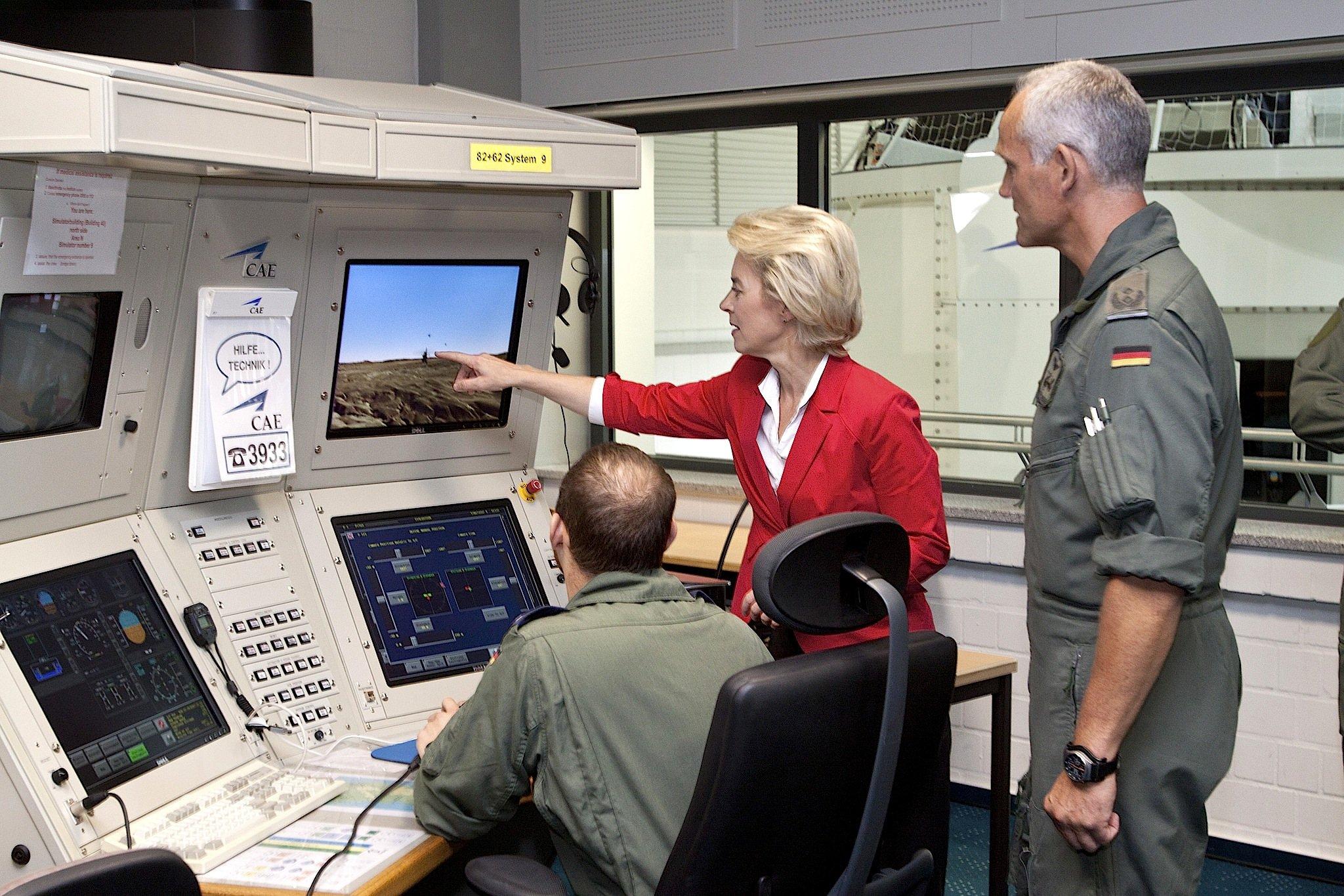 Verteidigungsministerin Ursula von der Leyen im Simulationszentrum am Internationalen Hubschrauberausbildungszentrum in Bückeburg: Um die IT-Sicherheit der Bundeswehr soll es nicht gut bestellt sein. Die Bundeswehrhat Probleme mit dem IT-System bereits eingeräumt. Das Cyber Responsibility Team soll für Ordnung sorgen.