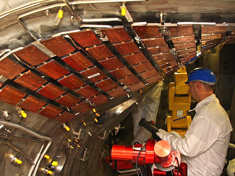 Blick in das Plasmagefäß: Auf wärmeableitende Platten aus Kupfer-Chrom-Zirkon, die bereits vor der ersten Experimentierrunde montiert wurden, werden in den kommenden Wochen Graphitkacheln gesetzt.