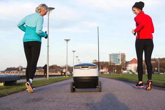 Jogger begegnen dem Paketroboter von Starship: Die Metrotochter Media-Saturn will den kleinen Wagen nutzen, um gekaufte Ware in Düsseldorf auszuliefern.