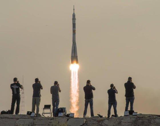 Start der verbesserten Sojus-MS-Rakete: Um die Technik zu testen, dreht sie einige Extra-Runden und wird die ISS erst am Samstag erreichen. Statt nach sonst sechs Stunden sind die Astronauten erst etwa nach 50 Stunden am Ziel.