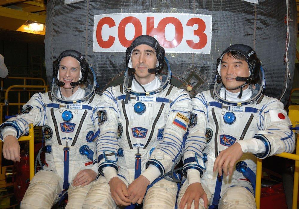 Das Team an Bord der neuen Sojus-Raumkapsel: Nasa-AstronautinKate Rubins, Roscosmos-Kosmonaut Anatoly Ivanishin (Mitte) und Takuya Onishi von der Japan Aerospace Exploration Agency.