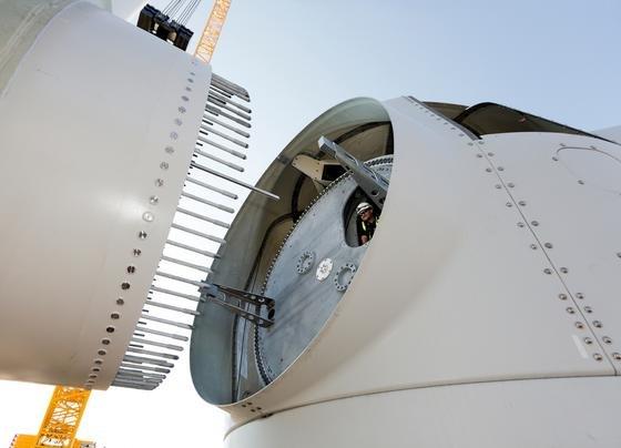 Montage eines 75 langen Siemens-Rotorblattes in der Testanlage im dänischen Østerild: Siemens hat seine 7-MW-Anlagen weiterentwickelt und jetzt auf 8-MW-Leistung hochgerüstet.