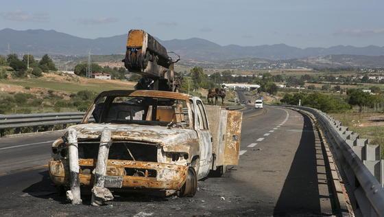 """Ausgebranntes Auto in Mexiko: Der amerikanische Bundesstaat Arizona will sich künftig mit einem smarten Zaunvom südlichen Nachbarland Mexiko abschirmen und hat dafür dem israelischen Unternehmen Elbit den Auftrag zum Bau erteilt.<link url_id=""""17360""""></link>"""
