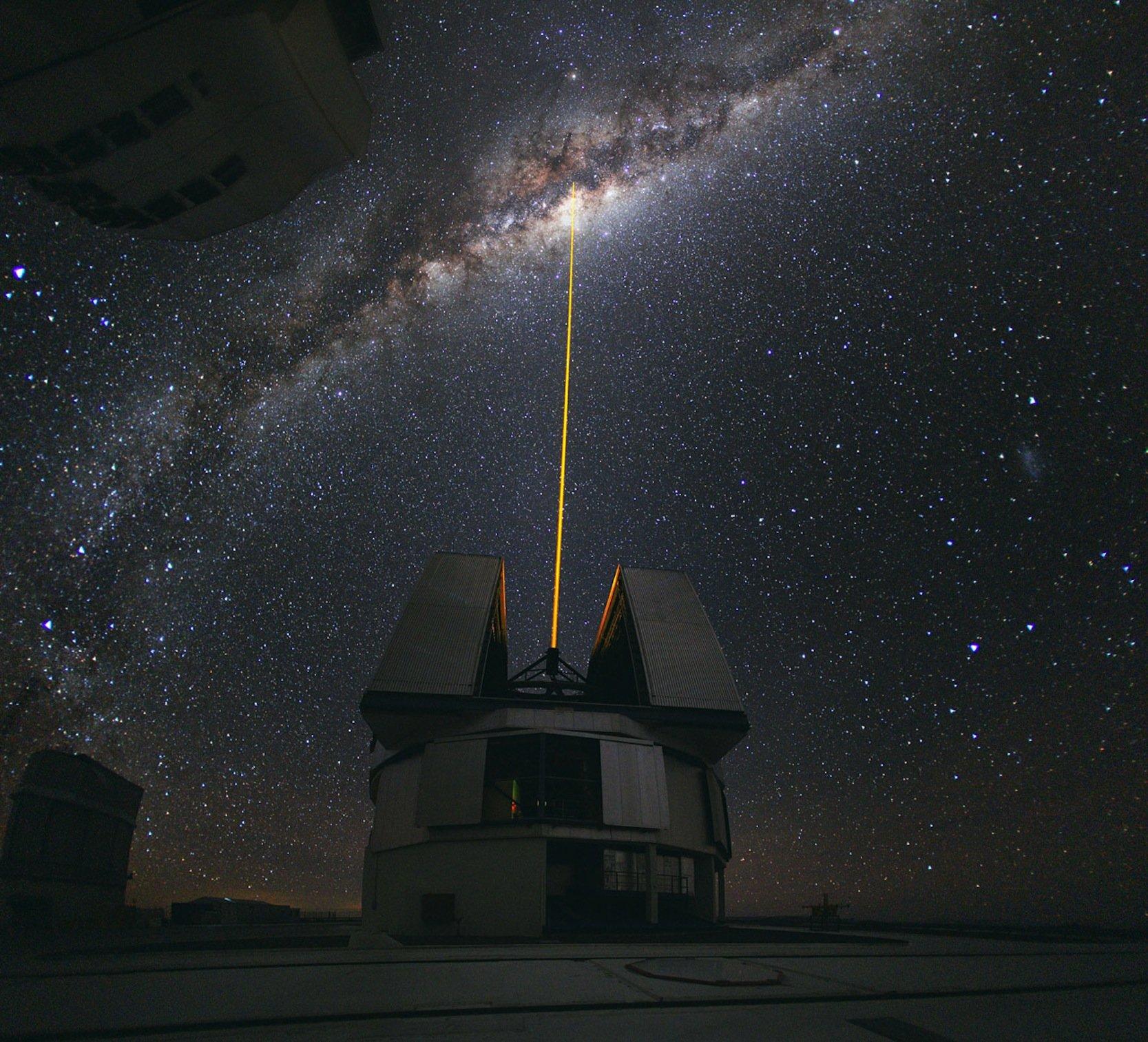 Mitte August 2010 konnte ESO-Fotograf Yuri Beletsky dieses beeindruckende Foto aufnehmen: Eine Gruppe von Astronomen beobachtete zu diesem Zeitpunkt das Zentrum der Milchstrasse mit Unterstützung der Laserleitsternsystems Yepun, einem der vier Hauptteleskope am Very Large Telescope (VLT).