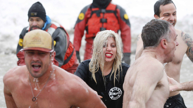 Traut sich was: Lady Gaga nahm im März ein kurzes Bad im eiskalten Lake Michigan. Für einen guten Zweck. Um Schwerelosigkeit im All zu erleben, hat sie bereits 250.000 Dollar an Virgin Galactic gezahlt. Das erste Raketenflugzeug des privaten Raumfahrtunternehmens war vor zwei Jahren bei einem Testflug abgestürzt.