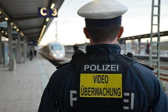 """Wie die Polizei testet jetzt auch die Deutsche Bahn Bodycams. Sicherheitskräfte an Berliner Bahnhöfen sollen mit den Körperkameras ausgerüstet werden. Der Hinweis """"Videoüberwachung"""" soll potentielle Gewalttäter abschrecken."""