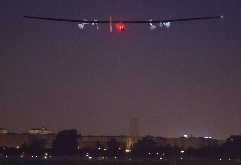 Umr 6:36 Uhr in Sevilla: André Borschberg hebt mit der Solar Impulse 2 ab zur vorletzten Etappe.
