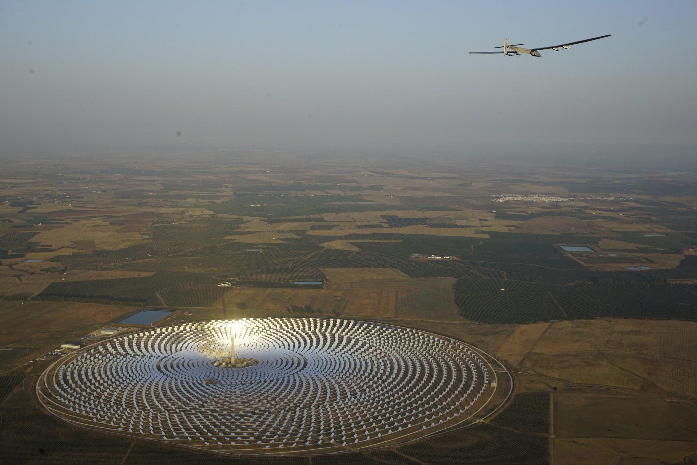 Die Solar Impulse 2 hat am Morgen das Solarkraftwerk Gemasolar in der Nähe von Sevilla überflogen
