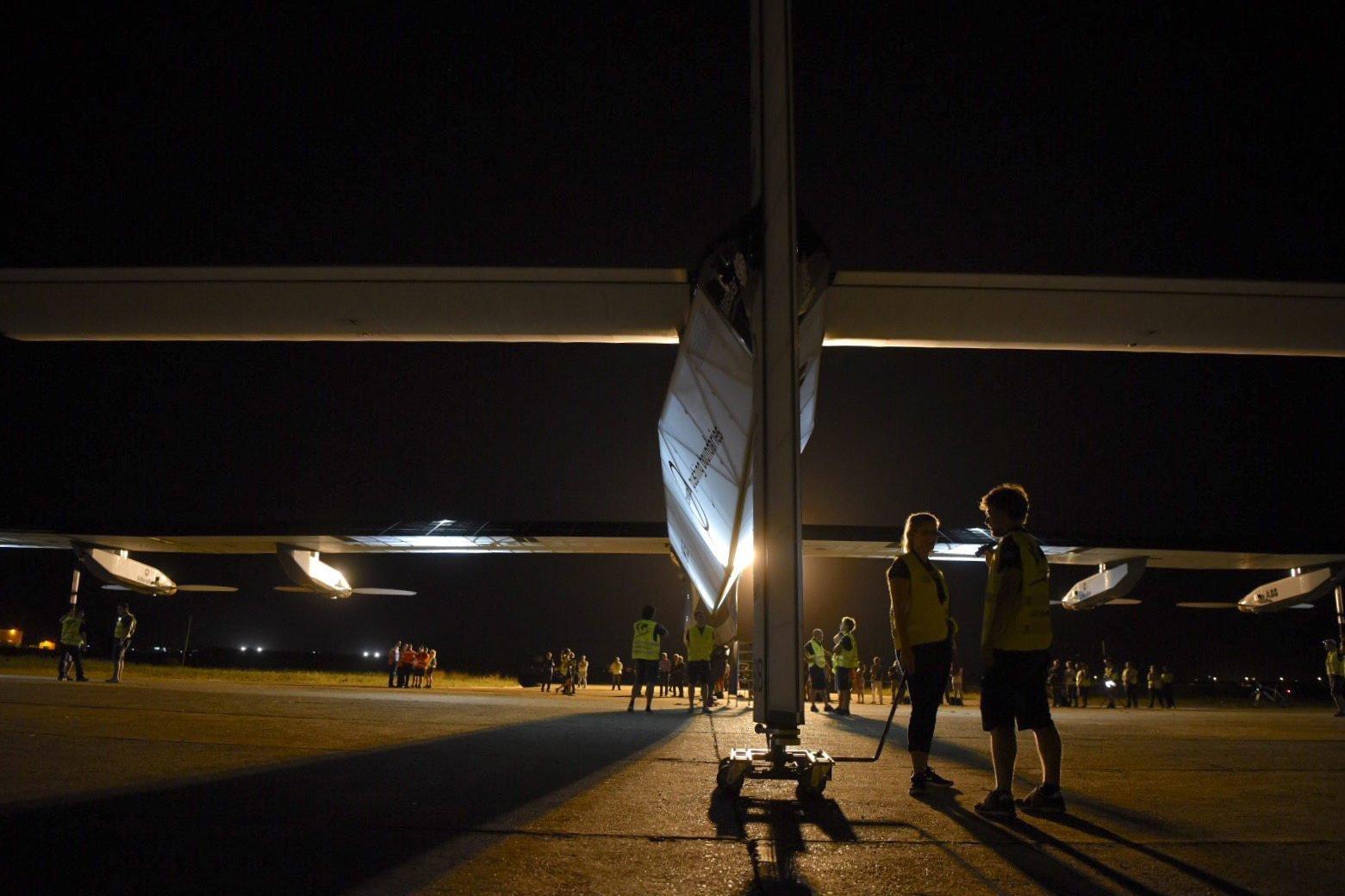Die Solar Impulse 2 wird klar gemacht für den 50-Stunden-Flug nach Kairo.