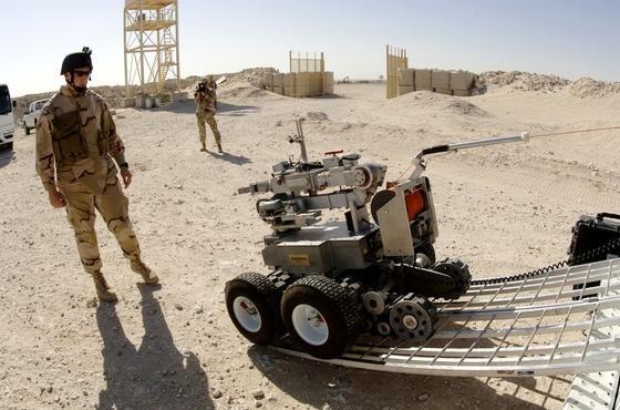 Verladung eines Roboters der Andros-Serie in Afghanistan für die Suche und Entschärfung von Bomben: Ein solcher Roboter wurde in Dallas genutzt, um eine Sprengladung in die Nähe des Attentäters zu bringen, der mehrere Polizisten getötet hatte.