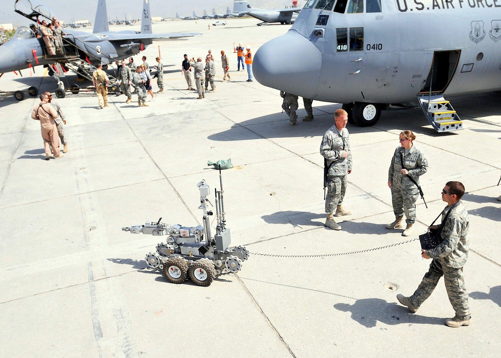 Roboter wie der für die Bombensuche konstruierte Andros F6 von Northrop Grumman Remotec wurden schon in Kriegsgebieten eingesetzt. Ein solcher Roboter wurde in Dallas genutzt, um einen Sprengsatz in die Nähe des Attentäters zu bringen. Im Bild ein Roboter im Einsatz für die US Air Force in Bagram in Afghanistan.