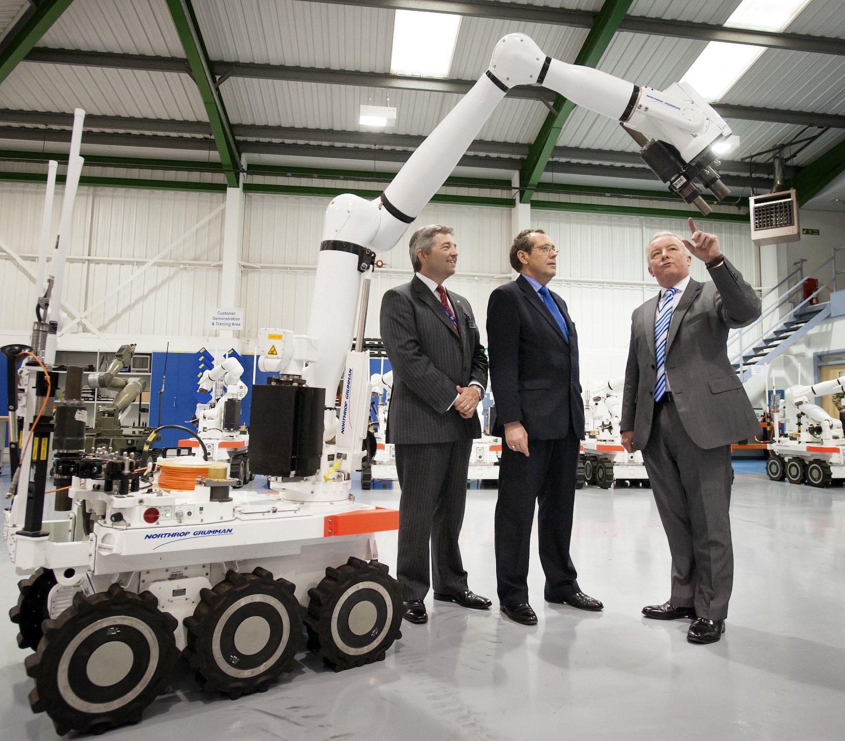 Peter Luff (m.) , früherer britischer Minister und zuständig für Militärtechnik, besichtigte im August 2012 das Roboter-Werk des amerikanischischen Wehrtechnikkonzerns Northrop Grumman Remotec in Coventry: Ein ähnlicher Roboter hat jetzt den Attentäter von Dallas getötet.