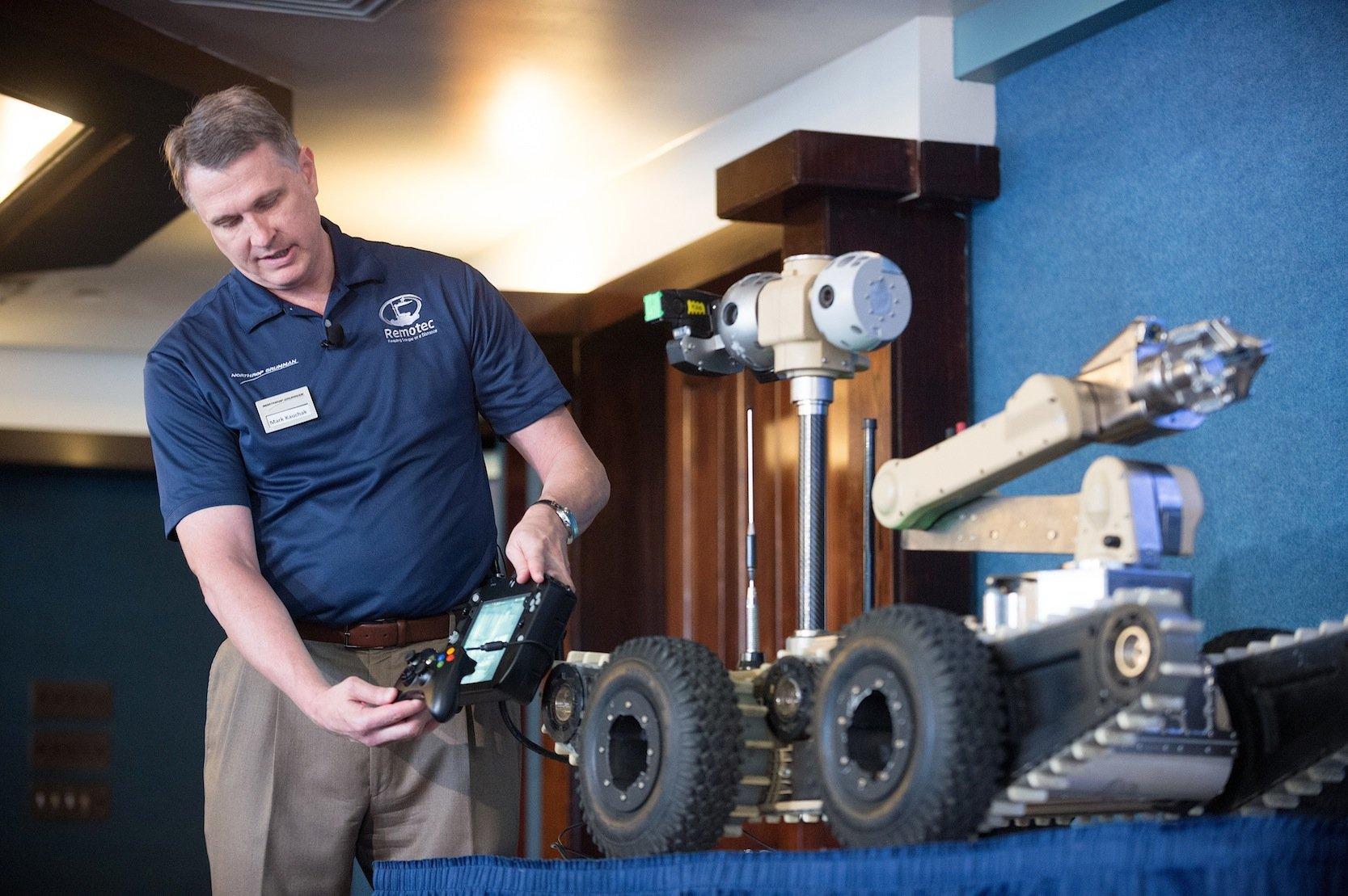 Präsentation des Roboters Titus auf einer Pressekonferenz 2012 in Washington: Eigentlich sind diese Roboter vor allem konstruiert, um in gefährlichen Umgebungen zu operieren. Sie können beispielsweise Chemikalien oder Bomben bergen.