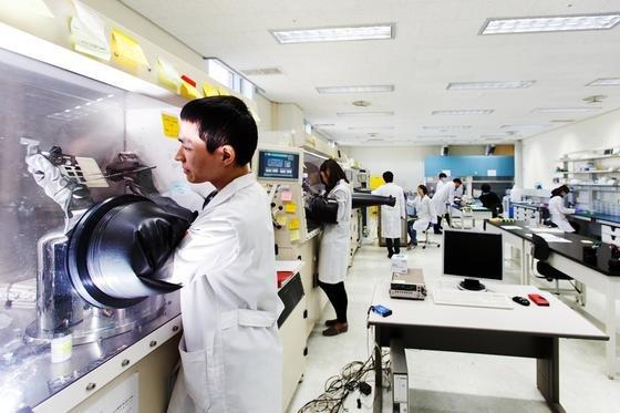 Labor im südkoreanischen Gwangju Institute of Science and Technology:Die neu entwickelten Solarmodule bestehen aus dem Halbleitermaterial Galliumarsenid und sind besonders flexibel.