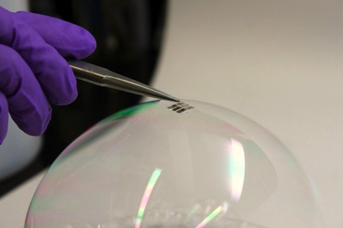 Eine neuartige, ultradünne Solarzelle, die US-Forscher am MIT in Boston entwickelt haben, ist so leicht, dass sie nicht einmal eine Seifenblase beschädigt.