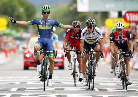 Sieger der 10. Etappe war der Australier Michael Matthews (l.): In diesem Jahr befürchtet die Tour de France, dass manche Fahrer kleine Elektromotoren in die Rennräder einbauen lassen. Deshalb wird mit modernster Technik versucht, solche Motoren zu entdecken.