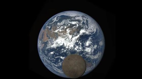 Eine ganze besondere Satellitenaufnahme: Die Rückseite des Mondes ist zu sehen, während sich der Trabant vor die Erde schiebt.