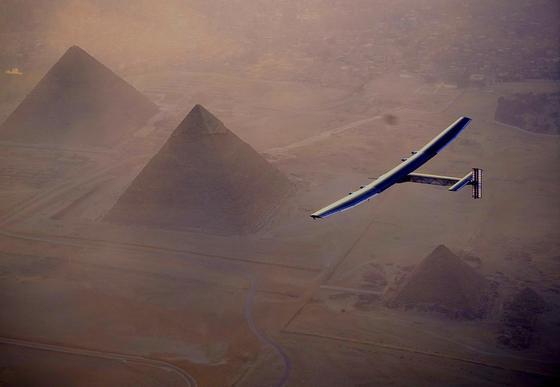 Vor der Landung in Kairo überflog die Solar Impulse 2 die Pyramiden von Gizeh.