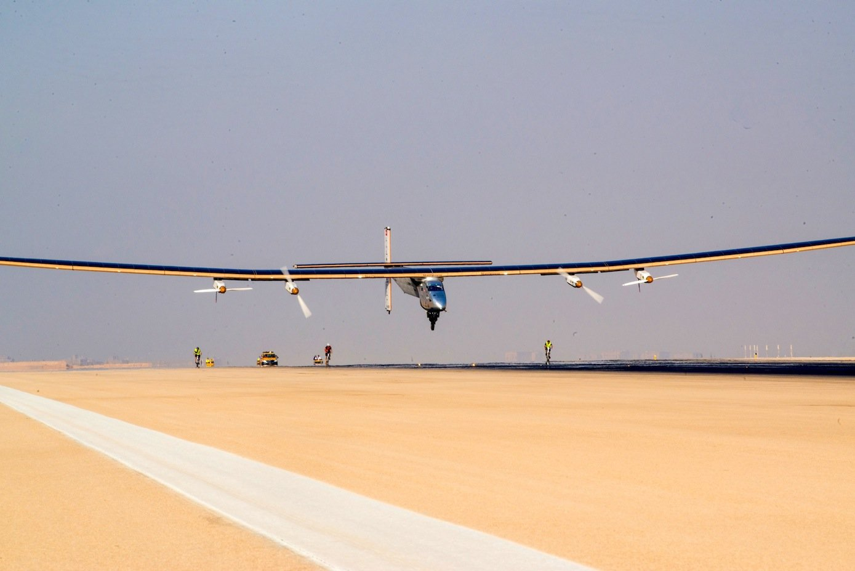 Landung in Kairo: Nach 50 Stunden und 50 Minuten setzte Pilot André Borschberg die Solar Impulse sicher auf die Landebahn des internationalen Flughafens von Kairo.