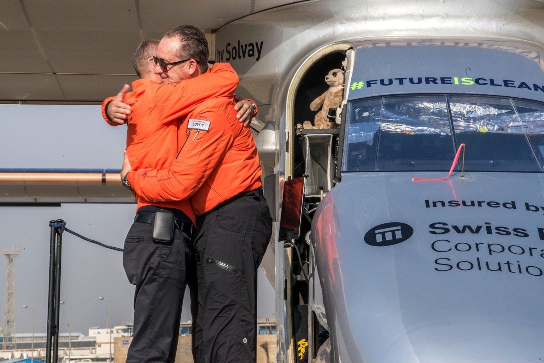 Nach der Landung in Kairo liegen sich die Piloten André Borschberg undBertrand Piccard in den Armen. Piccard wird die letzte Etappe nach Abu Dhabi fliegen.