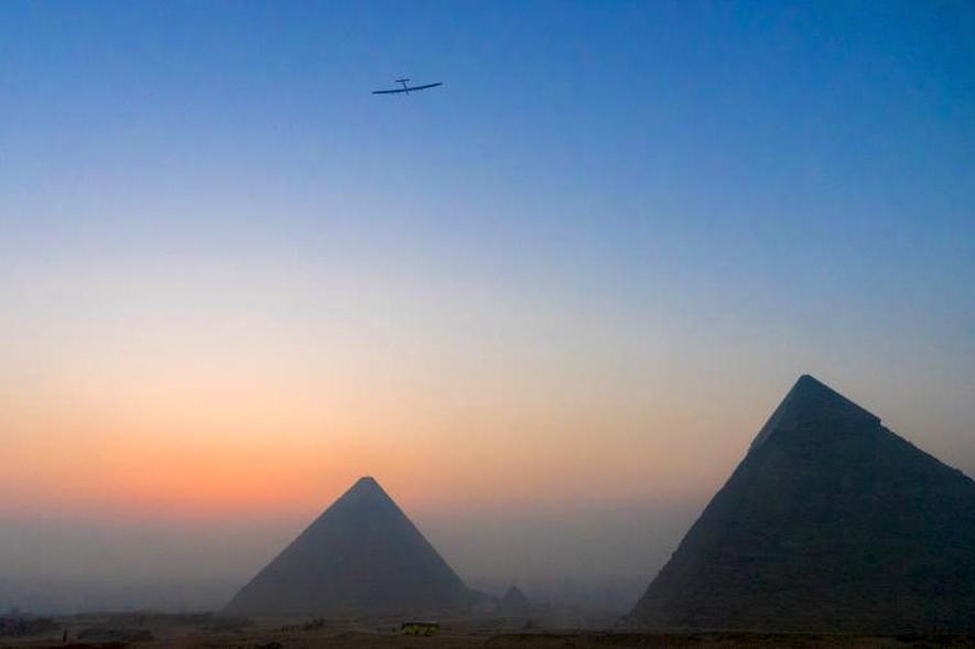 Solar Impulse kommt nach 50 Stunden bei Pyramiden in Gizeh an