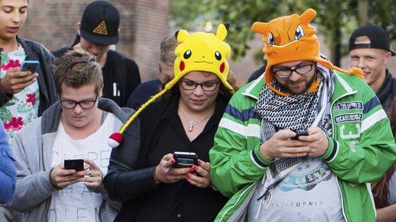 Pokémon-Go-Spieler unterwegs: Das neue Spiel fürs Smartphone treibt Menschen jeden Alters aus dem Haus, um nach Pixelmonstern zu suchen.