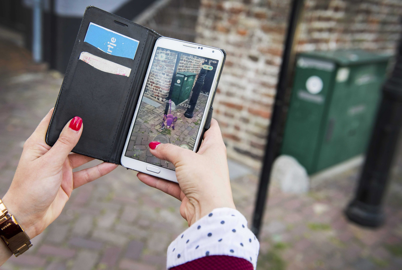 Eine Frau spielt in Leerdam Pokémon Go: Auch in den Niederlanden sind die Menschen mit dem Monstervirus infiziert.