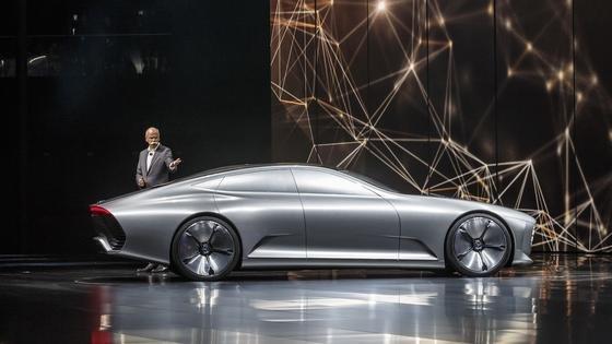 Daimler-Chef Dieter Zetsche stellte 2015 auf der IAA in Frankfurt die Studie Concept IAA vor: Sie könnte Vorbild für eine große, rein elektrische Mercedes-Limousine sein.