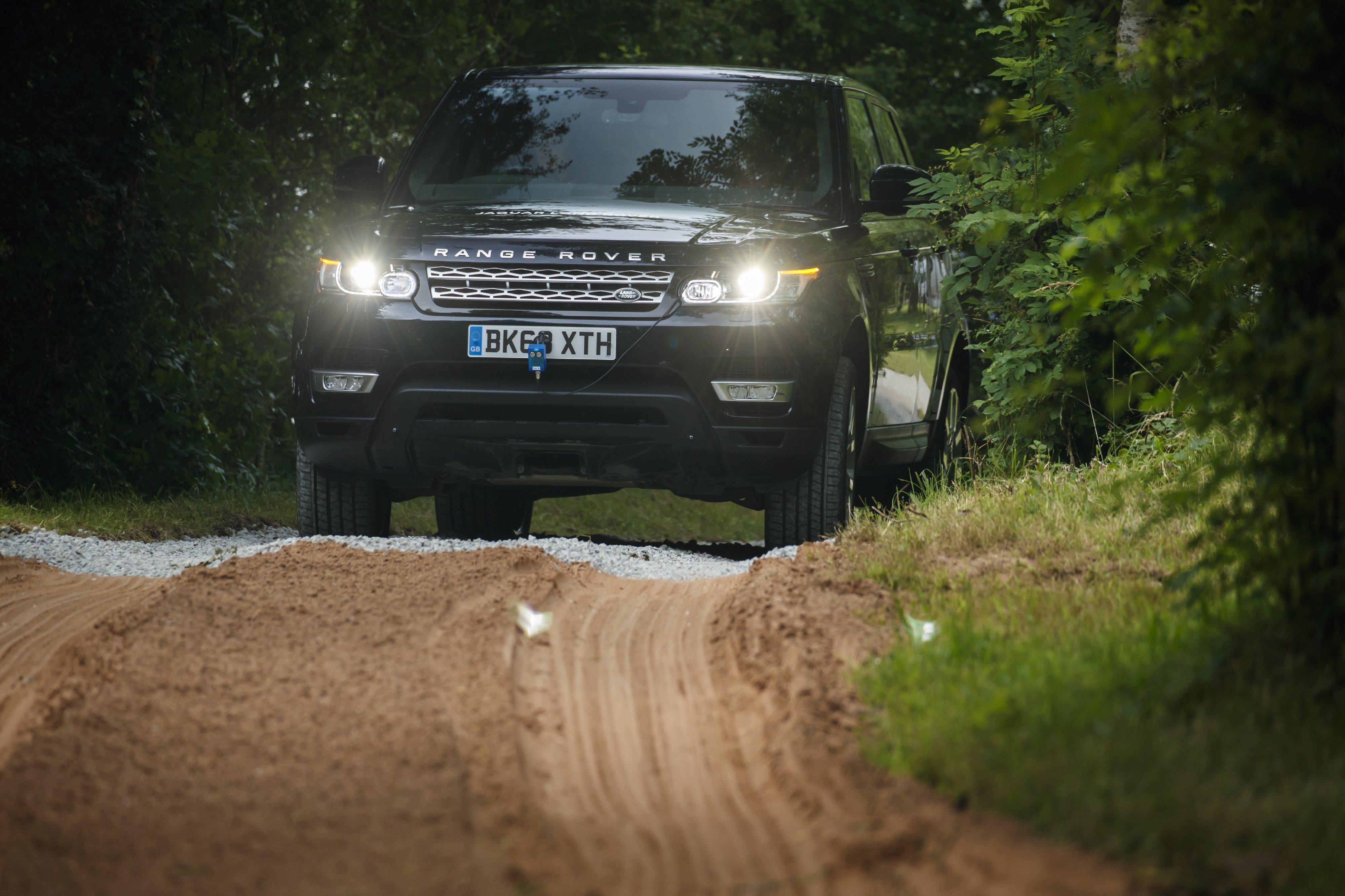 Die Oberflächenerkennung weiß rechtzeitig, ob Schotter, Schnee, Gras, oder Sand zu durchfahren sind und stellt das Fahrzeug darauf ein.