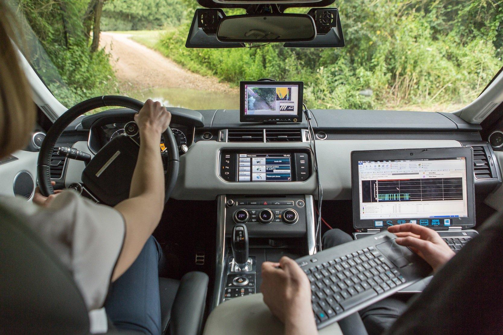 In ihrem Prototypen nutzen die Ingenieure die übliche Stereokamera nicht für die Erkennung von Fahrspur und Verkehrszeichen. Vielmehr scannen und vermessen sie damit den gesamten Fahrkorridor.