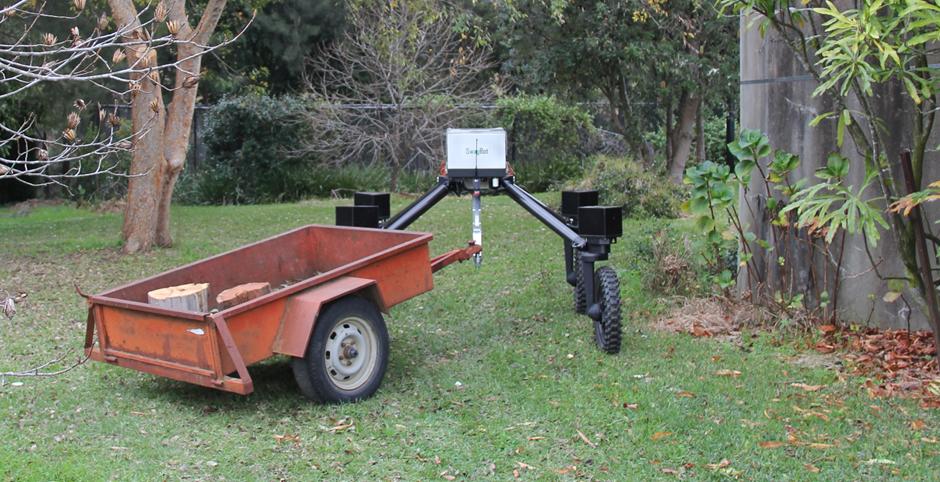 Der SwagBot mit einem Anhänger im Schlepptau.