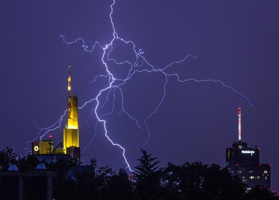 Gewitter über Frankfurt am Main zwischen den Zentralen der Commerzbank (li.) und der Helaba (re). Vor solchen lokalen Unwetter warnt zukünftig der Deutsche Wetterdienst mit einem neuen Warnsystem.