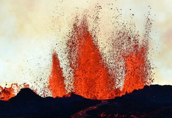 Die Eruption des Bárdarbunga war der größte Vulkanausbruch Europas, der jemals geophysikalisch und geochemisch überwacht wurde. Über 2 Milliarden Tonnen Magmen wurden bewegt. Die im Foto festgehaltene Spalteneruption ereignete sich 40 km von der Caldera am Bárdarbunga-Vulkan entfernt.