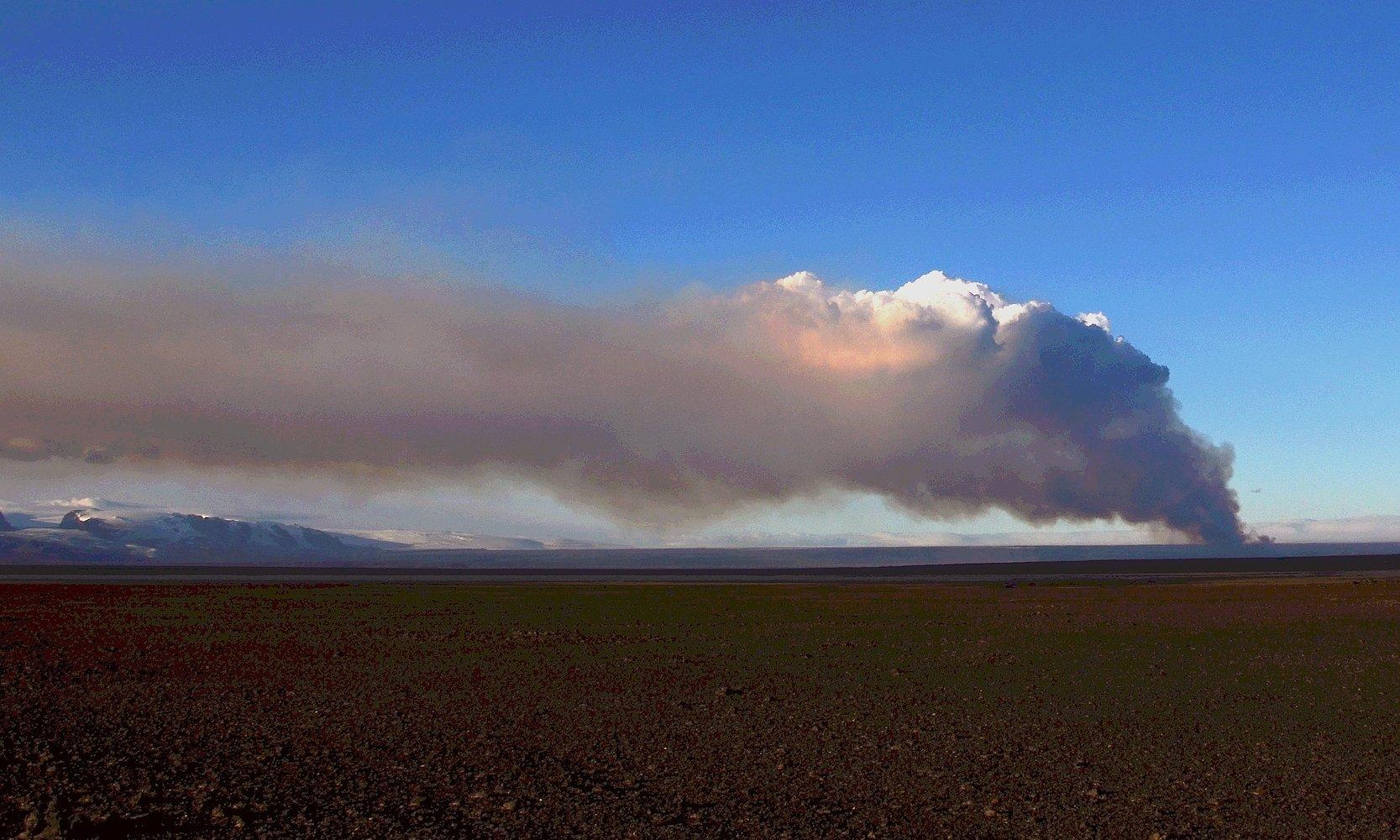 Fantastischer Blick auf eine Rauchwolke des isländischen Vulkans Bárdarbunga.