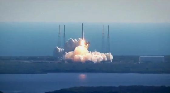 Einmal All und zurück: SpaceX schickte am 18. Juli 2016 die Rakete Falcon 9 mit dem Raumtransporter Dragon an Bord ins All. Ohne ihn kehrte die Trägerrakete zurück und landete unbeschadet auf dem Raumbahnhof. Jetzt soll in Kürze erstmals eine Falcon 9 wiederverwertet werden, ein zweites Mal ins All fliegen.