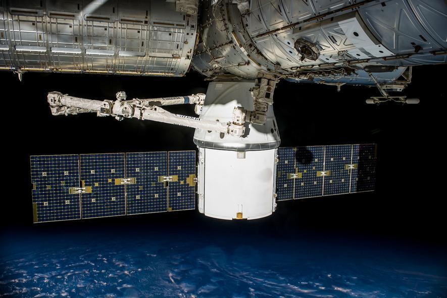 Ein an die ISS angedockter Raumfrachter Dragon im Mai 2016.