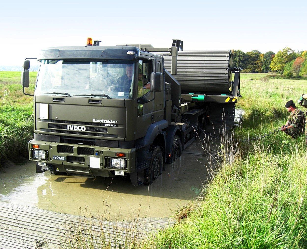 Dieses Wasserloch hält keinen Konvoi auf: Die Faun-Trucks können einfach ein Stück Straße ausrollen, um die Wasserstelle zu überbrücken.