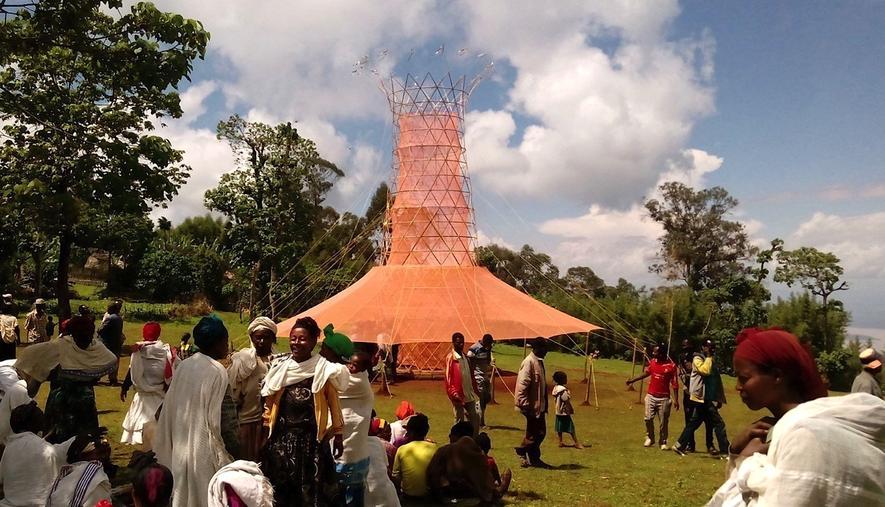 Warka Water: Der Wasserernte-Turmwurde mit dem World Design Impact Prize ausgezeichnet. Mit diesem werden alle zwei Jahre Designprojekte gewürdigt, die einen sozialen Mehrwert bieten.