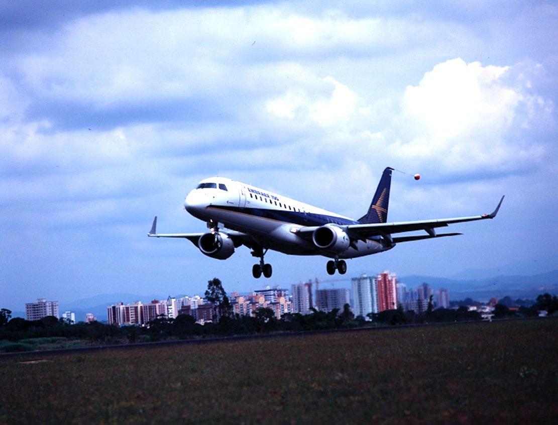 Die E190 des brasilianischen Hersteller Embraer wirdin Europa unter anderem von der Deutschen Lufthansa und British Airways geflogen