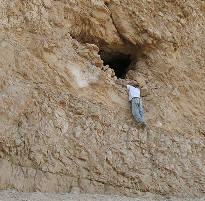 Der Eingang zur Yoram Höhle liegt in einer fast senkrecht aufragenden Felswand rund vier Meter oberhalb eines schmalen Pfades