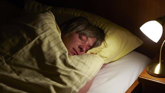 Nachts mit Licht schlafen ist für den Körper nicht gesund.