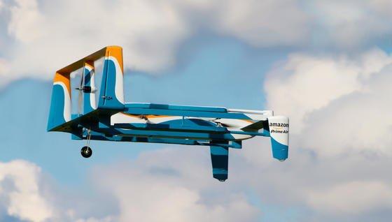 Technisch möglich wäre es: Amazon hat ein Patent für eine Dockingstation zugesprochen bekommen, die beispielsweise auf Straßenlaternen installiert werden könnte, damit Lieferdrohnen dort einen Zwischenstop einlegen und neue Energie tanken können.