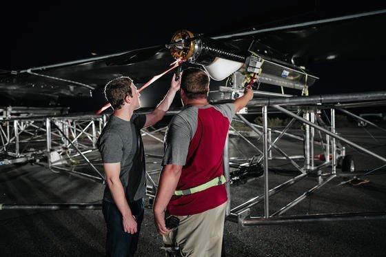 Anspannung: Facebook-Chef Mark Zuckerberg wirft vor dem Testflug persönlich noch einen Blick auf die Solardrohne Aquila.