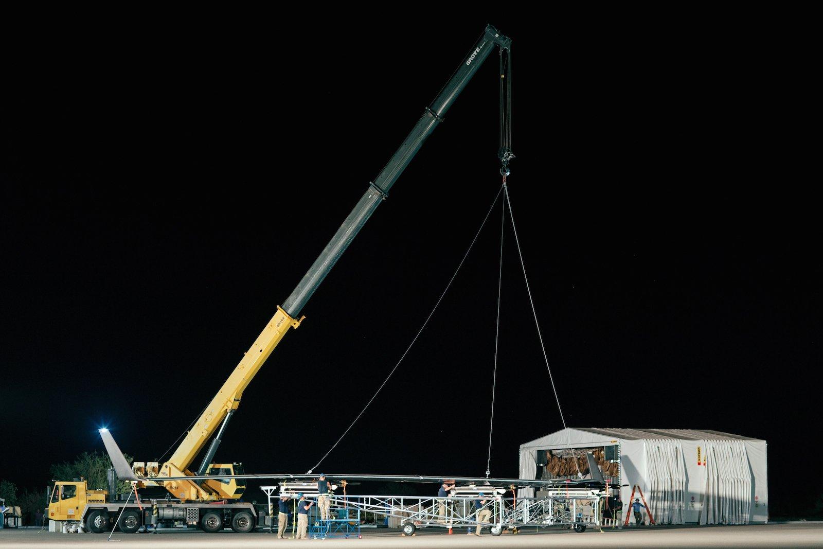 Mitten in der Nacht begannen die Vorbereitungen für den Jungfernflug Aquilas auf einer Millitärbasis in Arizona. Ein Kran hievt die Drohne auf einen Rollwagen.