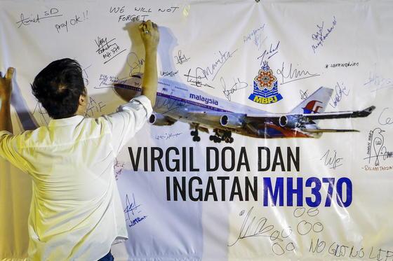Ein Mann in Malaysia schreibt eine Botschaft zur Suche nach den Überresten des Fluges MH370. Jetzt gibt es Hinweise, dass der Pilot Selbstmord verübt hat.
