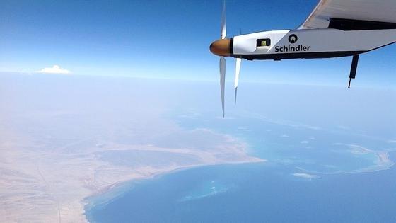 Fast geschafft: Hier verlässt die Solar Impulse 2 Saudi Arabien und beginnt ihren Flug über den Persischen Golf nach Abu Dhabi.